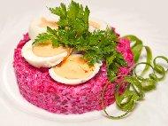 Рецепта Салата от варено червено цвекло, яйца и майонеза